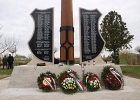 Világháborús emlékmű ünnepélyes átadása Devecserben