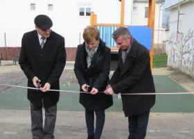 Átadták a Gárdonyi Géza Iskola alsó tagozatának felújított udvarát