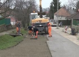 Megkezdődtek az útfelújítási munkálatok Devecserben